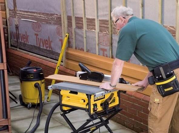 Réaliser des coupes précises pour créer des meubles sur mesure
